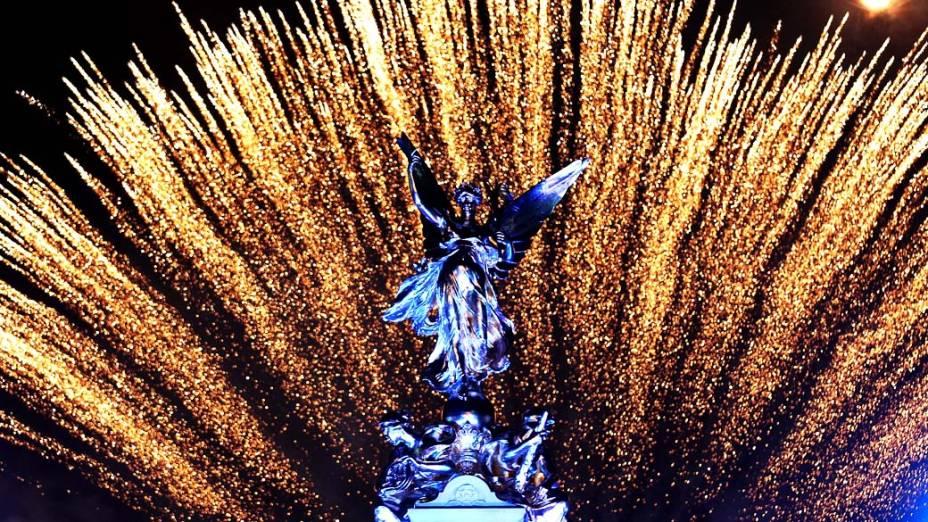 Fogos atrás do monumento da rainha Vitória durante show no Palácio de Buckingham