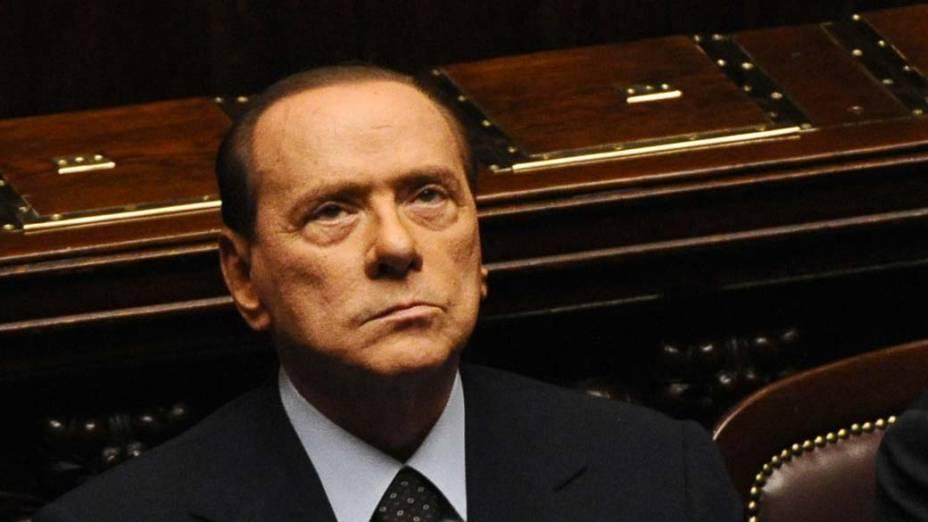 Durante votação no parlamento italiano, Berlusconi olha para o céu
