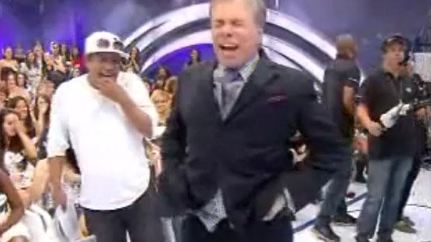Empresário e apresentador Silvio Santos deixa a calça cair durante programa exibido em 29/04/2012
