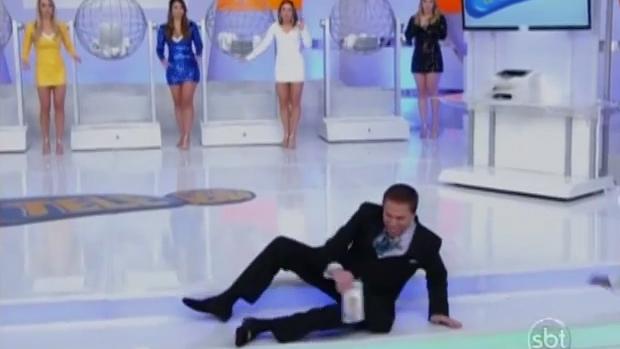 Silvio Santos cai durante sorteio da Tele Sena