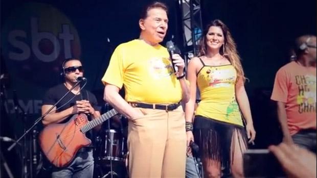 Silvio Santos na festa de fim de ano do SBT, ao lado da modelo e apresentadora Lívia Andrade