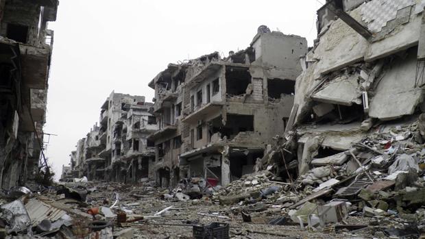 Visão geral mostra edifícios danificados ao longo de uma rua deserta na área sitiada de Homs, na Síria