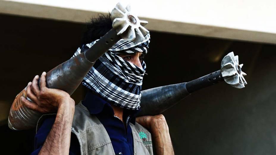 Rebelde sírio carrega morteiros caseiros na cidade de Raqqa, nesta quarta-feira (04)