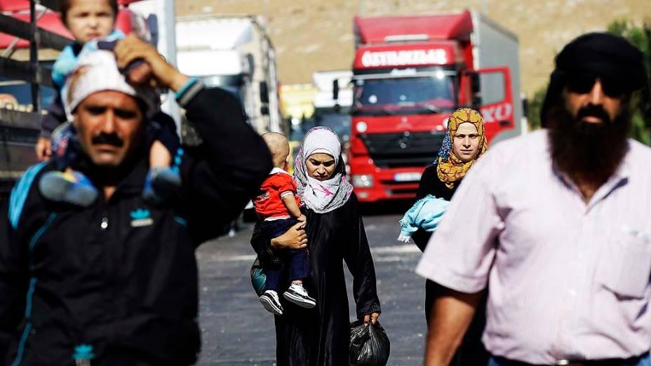 Refugiados sírios caminham perto da fronteira com a Turquia para tentar deixar o país. A ONU divulgou na terça-feira (3) que o número de refugiados sírios chegou a 2 milhões