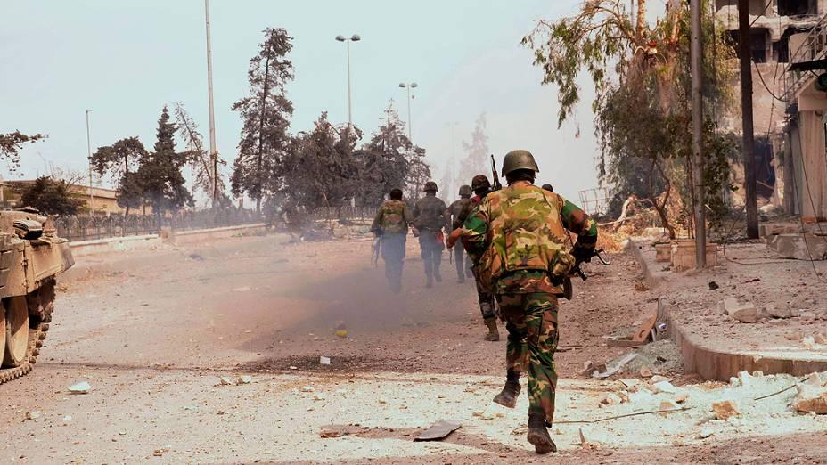 Forças leais ao presidente Bashar al-Assad avançam em área da cidade de Aleppo, na Síria