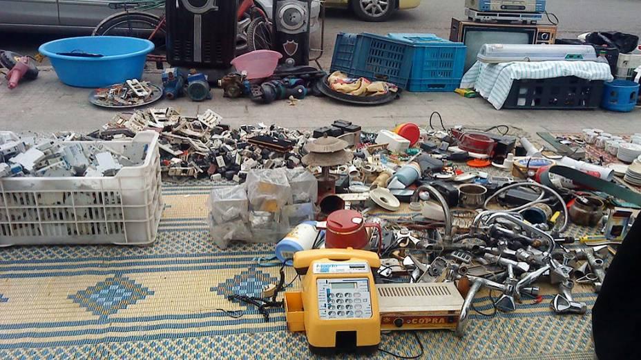 """Mercadorias abandonadas no """"Mercado dos Roubados"""" em Homs, onde se vendem produtos muitas vezes roubados de seus donos originais"""