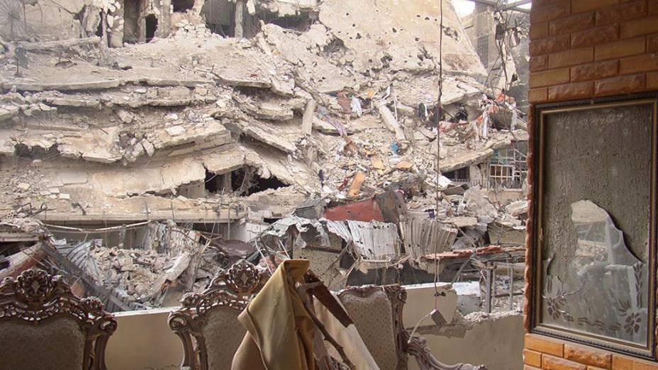 Móveis intactos em meio à destruição no bairro de Al Qossur, em Homs