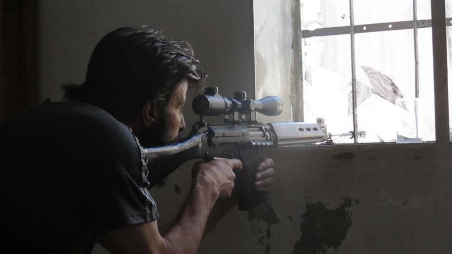 Franco-atirador do Exército Livre da Síria se posiciona para monitorar movimentos de soldados do governo