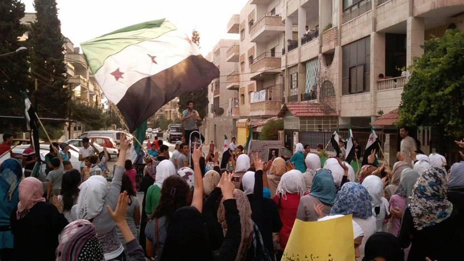 Manifestação pró-rebeldes no bairro de Al Waar, em Homs