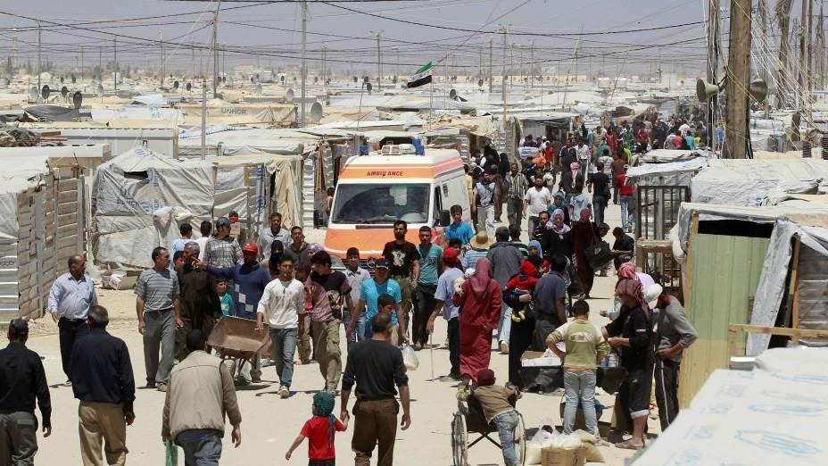 Sírios caminham no campo de refugiados Al Zaatri, na cidade de Mafraq, na Jordânia