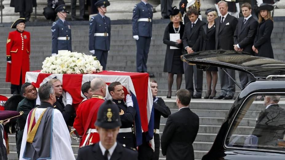 Sob os olhares dos familiares de Margaret Thatcher, caixão da ex-premiê é carregado após o funeral realizado na Catedral de Saint Paul