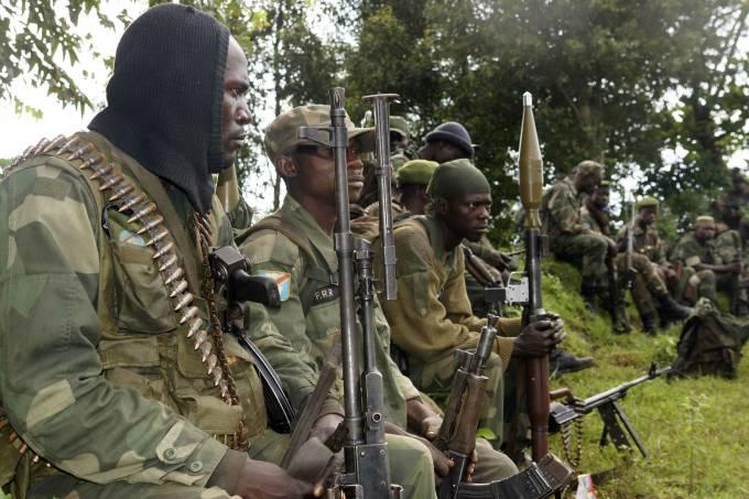 soldados-congoleses-descansam-perto-da-cidade-de-bunagana-um-antigo-reduto-dos-rebeldes-do-m23-original.jpeg