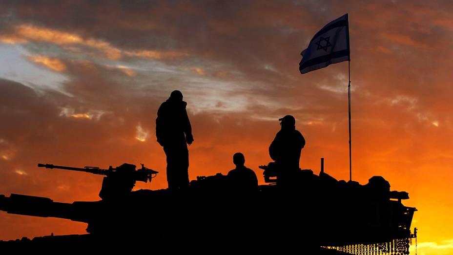 Soldados israelenses se preparam para deixar fronteira da faixa de Gaza, depois que um acordo de cessar-fogo foi firmado entre Israel e líderes do Hamas