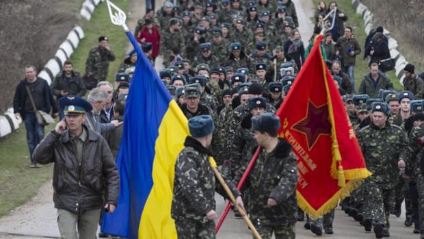 Militares ucranianos deixam aeroporto de Belbek, na região da Crimeia
