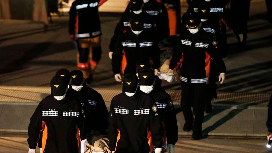 Equipes de resgate buscam passageiros do navio que naufragou próximo a Jindo, na Coreia do Sul