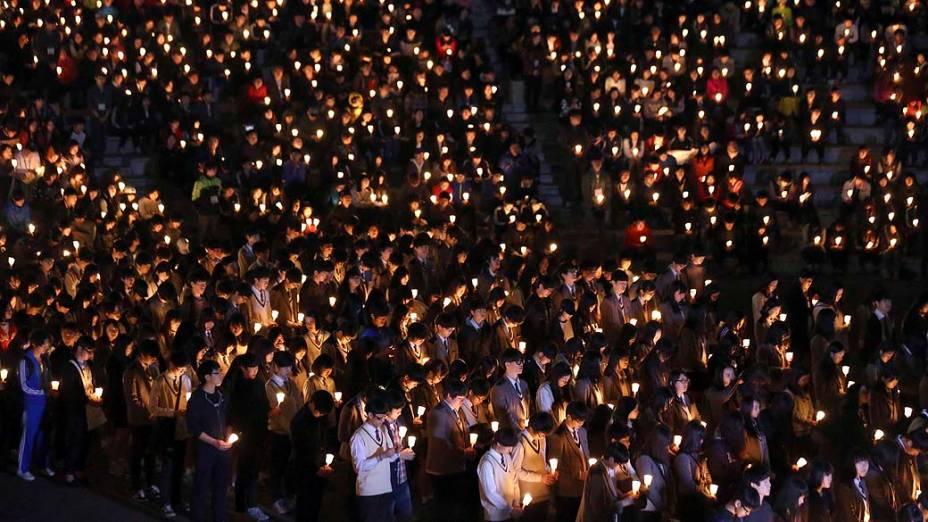 Familiares dos passageiros desaparecidos da balsa sul-coreana Sewol rezam em Jindo, na Coreia do Sul