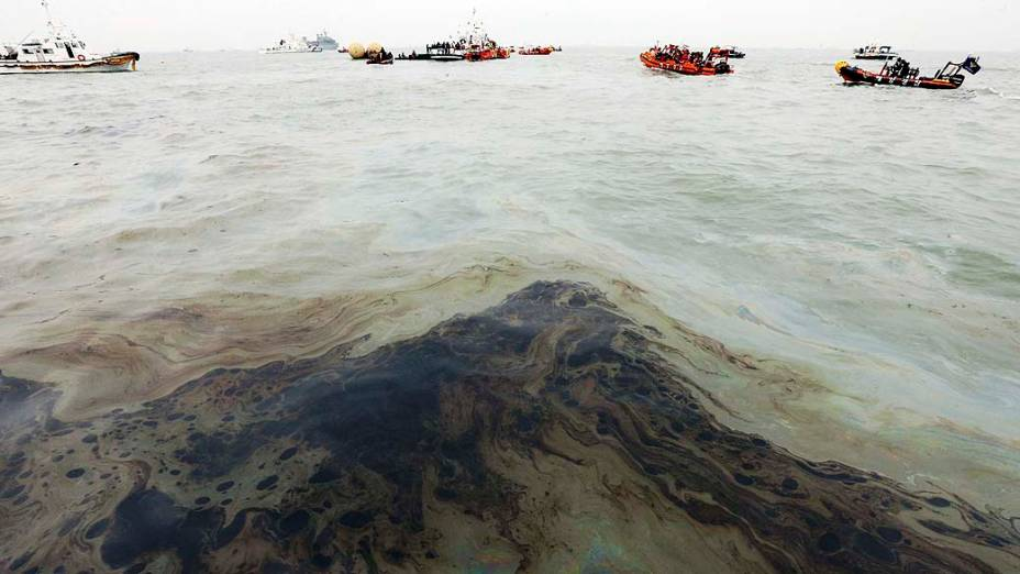 Mar é contaminado com derramamento de óleo no local do naufrágio da balsa Sewol, a 20 km da costa da Coreia do Sul