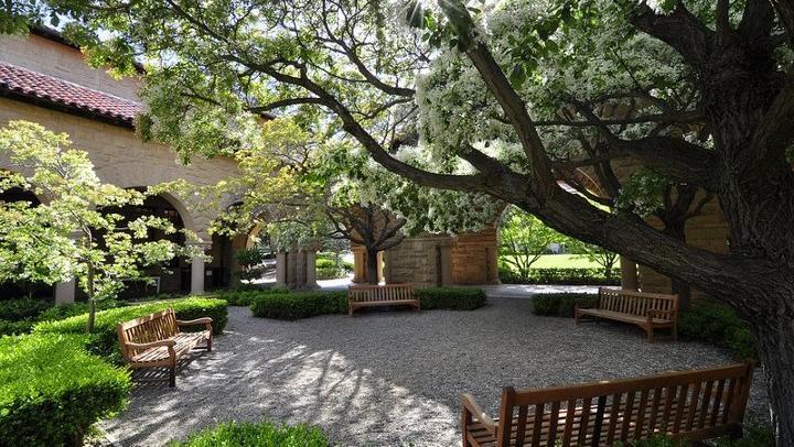 Pátio interno de um dos prédios da Universidade Stanford