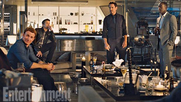 Os atores Chris Evans, Jeremy Renner, Robert Downey Jr. e Don Cheadle em cena do filme Vingadores 2 - A Era de Ultron