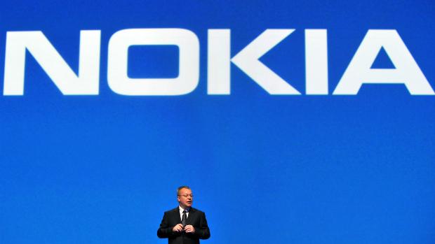 Stephen Elop, presidente da Nokia, apresenta ao mercado primeiros celulares com Windows Phone