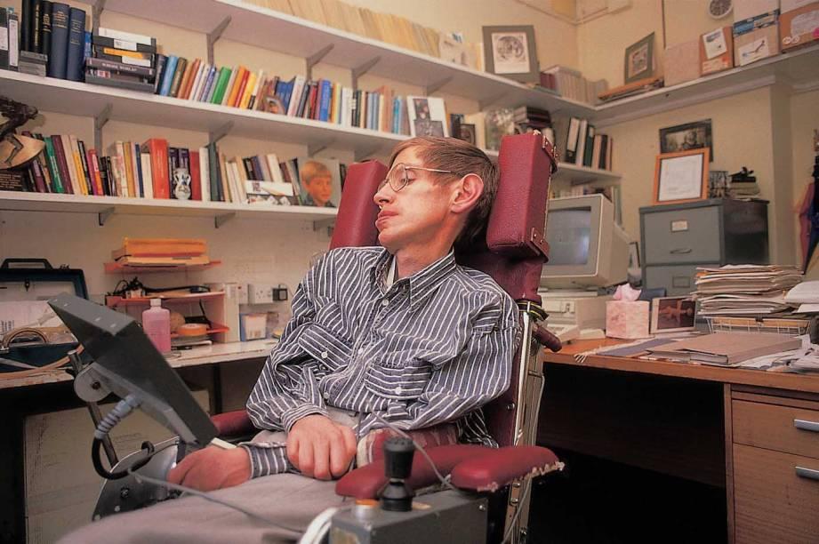 Desde 1985, Stephen Hawking fala por meio de um sintetizador de voz, que diz as palavras registradas em um computador. Isso acontece por causa de uma doença degenerativa que causou a paralisia quase completa do seu corpo