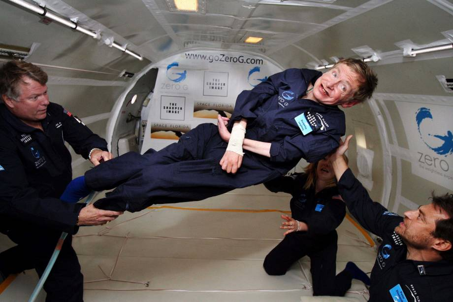 <p>Stephen Hawking experimenta ambiente de gravidade zero no dia 26 de abril de 2007 durante um voo acima do Oceano Atlântico. O físico voou por duas horas em uma aeronave modificada</p>