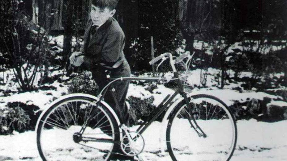 Stephen Hawking posa orgulhoso ao lado de sua bicicleta