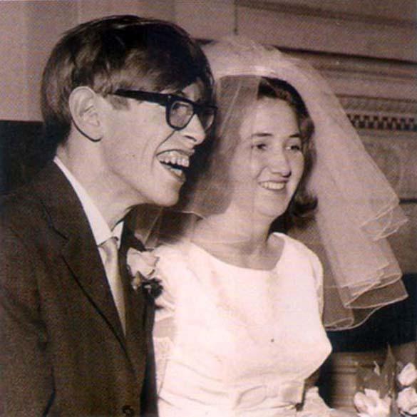 Stephen Hawking no dia do casamento com sua primeira esposa, Jane Hawking