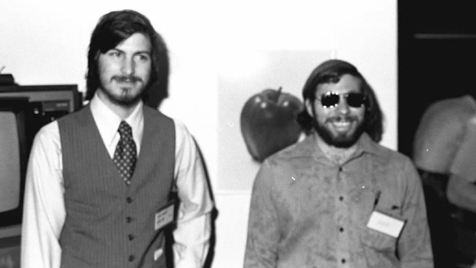 Steve Jobs e Steve Wozniak no lançamento do computador Apple II, abril de 1977