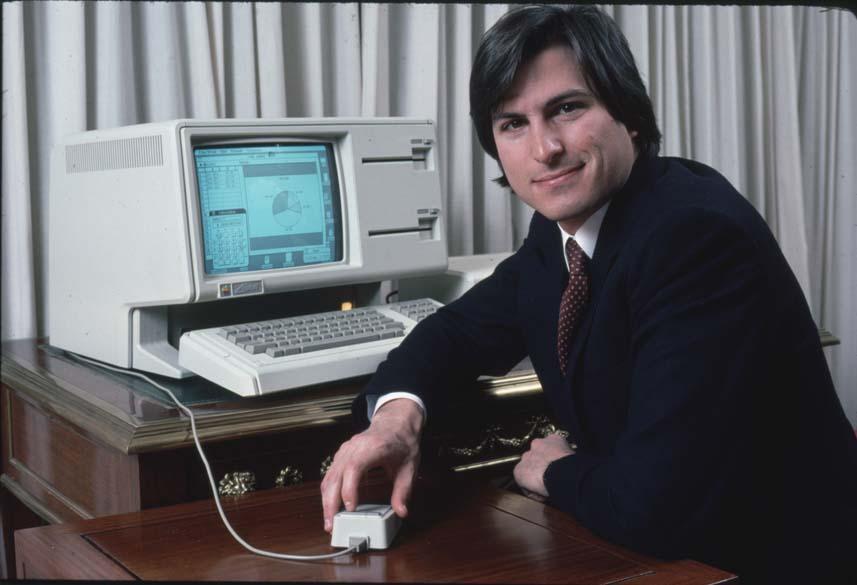 Steve Jobs com o computador Lisa em uma prévia para imprensa, 1983