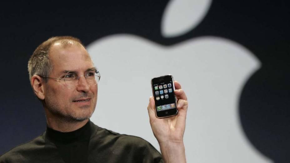 Steve Jobs lança a primeira versão do iPhone, 2007