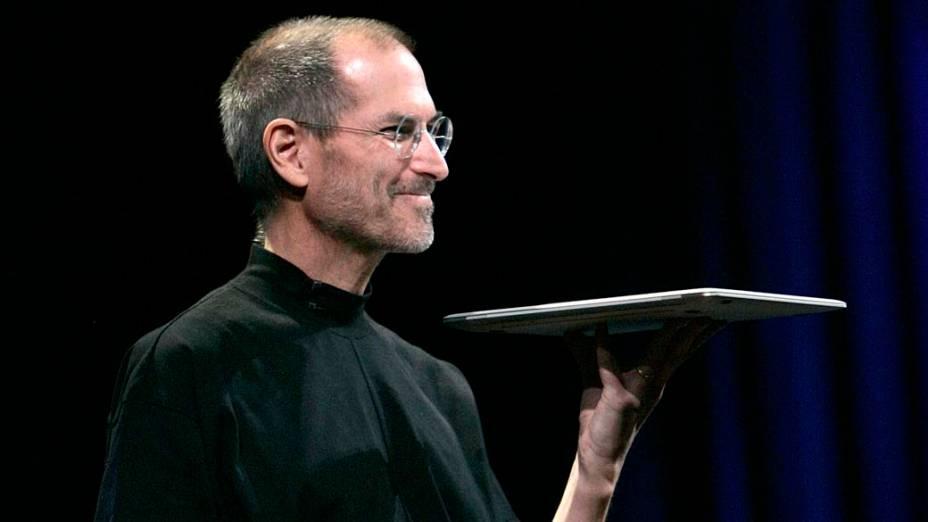 Steve Jobs com o novo Macbook Air, durante conferência em São Francisco, 2008