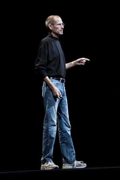 Steve Jobs lança o iPhone 4 durante a conferência mundial da Apple em São Francisco, 2010