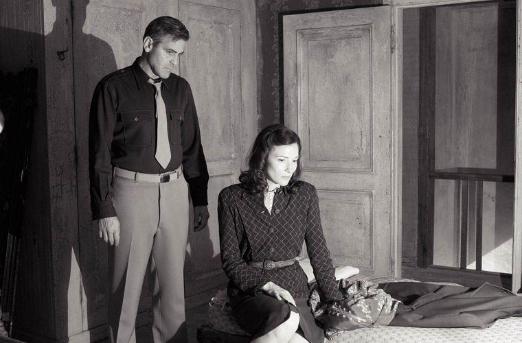 George Clooney como o correspondente de guerra americano Jacob Geismar e Cate Blanchett como a femme fatale Lena, em O Segredo de Berlim (2006)
