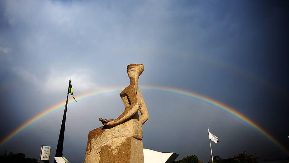 Um arco-íris é visto a partir da estátua da Justiça no Supremo Tribunal Federal, onde foi retomado nesta terça-feira o julgamento do mensalão