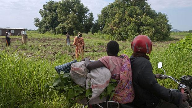Homens passam por plantação em Juba, no Sudão do Sul