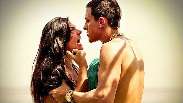 Suelen (Isis Valverde) é expulsa de festa por Wallerson (Gabriel Chadan), em Avenida Brasil
