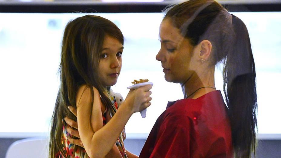 Suri Cruise e Katie Holmes tomam sorvete juntas em Nova York após anúncio do divórcio de Tom Cruise