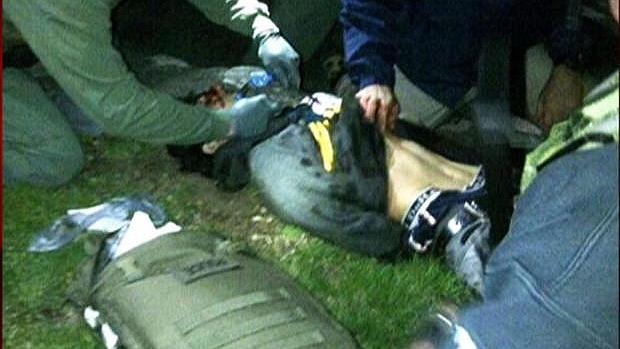 Imagem da rede americana CBS News mostra Dzhokhar Tsarnaev recebendo os primeiros socorros após ser detido pela polícia de Boston