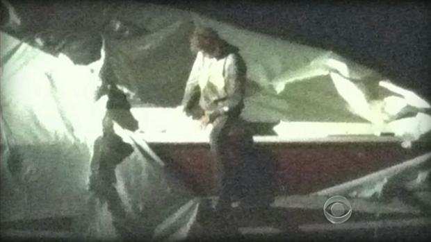 Imagem da CBW News mostra Dzhokhar Tsarnaev no barco em que estava escondido