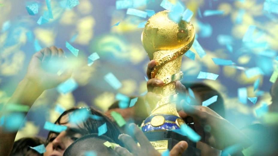 O Brasil levanta a taça na Copa das Confederações de 2005: tricampeão do torneio
