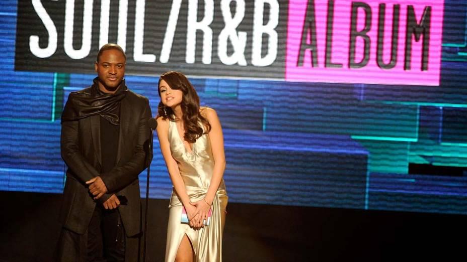Taio Cruz e Selena Gomez durante o American Music Awards 2011 em Los Angeles, Califórnia