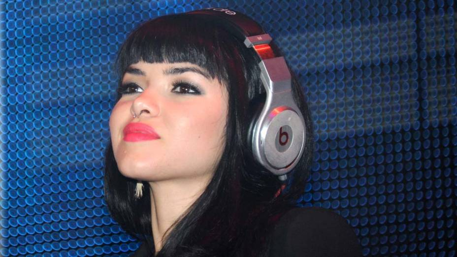 A DJ Tamara Sky com o fone Monster Beats de Dr. Dre em Las Vegas