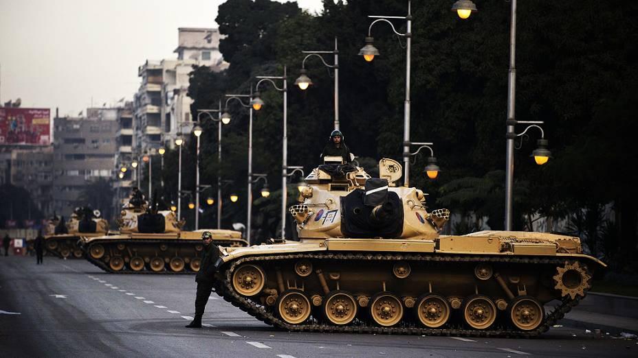 Tanques do exército egípcio estão posicionados, nas proximidades do palácio presidencial, no Cairo