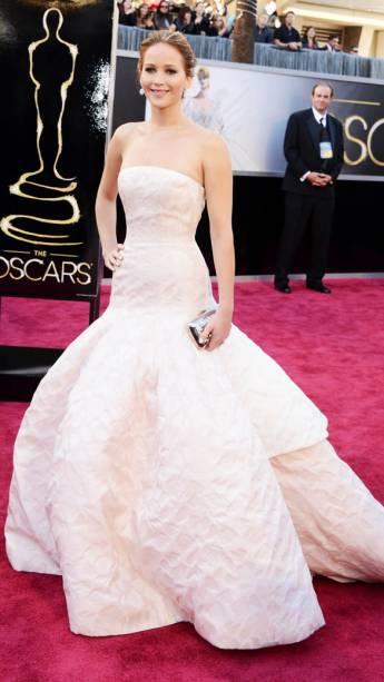Jennifer Lawrence, de O Lado Bom da Vida, passa pelo tapete vermelho, na chegada ao Oscar 2013