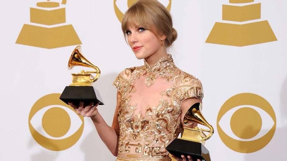 Taylor Swift com os prêmios que ganhou durante o Grammy Awards 2012, nos Estados Unidos