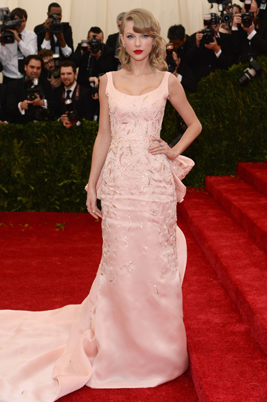 Taylor Swift desfila longo rosa da grife Oscar de la Renta no baile do MET 2014