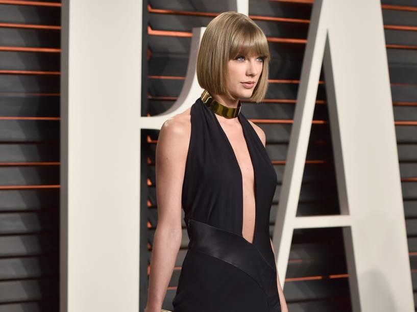 Taylor Swift desfila vestido com decote em U e colar-coleira na festa pós-Oscar 2016