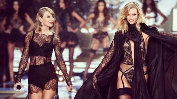 Taylor Swift e a modelo Karlie Kloss