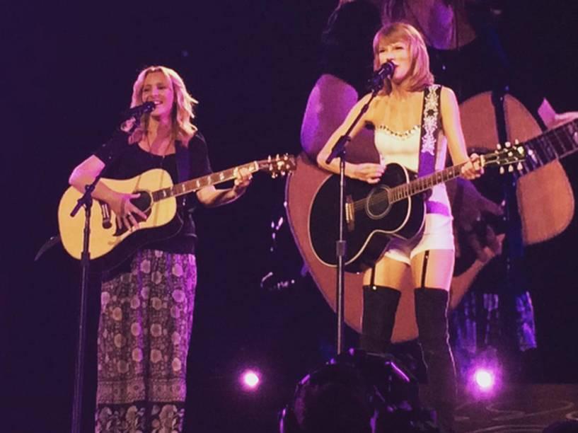 Taylor Swift e Lisa Kudrow cantam juntas em show, em Los Angeles
